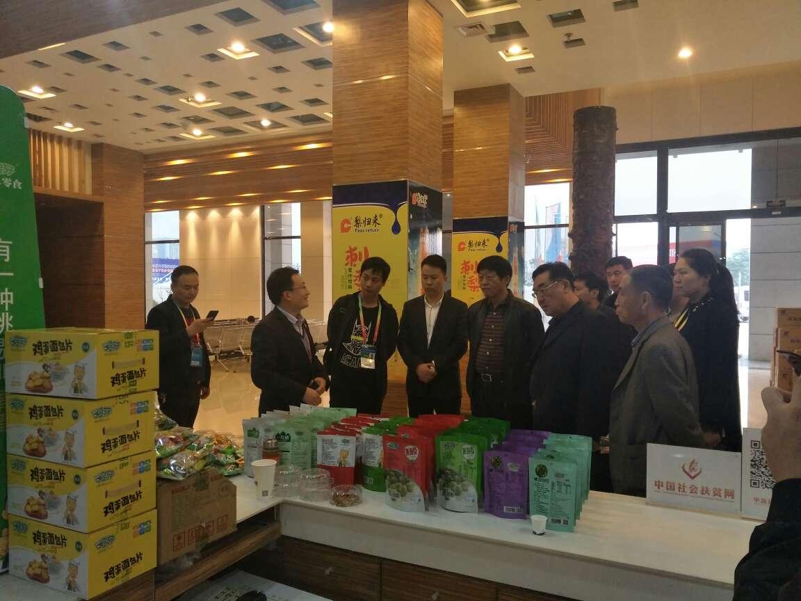 第二十四届农高会期间河南省许昌市参展企业家与新农城控股集团董事长黄磊先生讲解交流